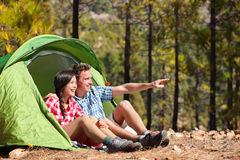 Pares de acampamento na barraca que senta-se olhando a vista Imagens de Stock Royalty Free