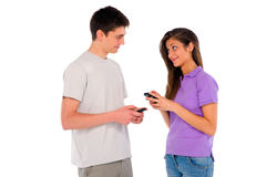 Pares de adolescente con smartphone Imagen de archivo libre de regalías