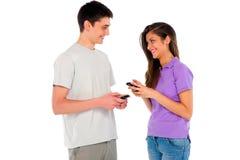 Pares de adolescente con smartphone Imagen de archivo