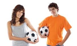 Pares de adolescentes con los balones de fútbol a sobre blanco Fotos de archivo