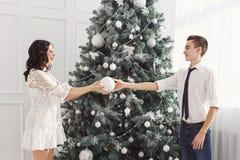 Pares de adolescentes en la Navidad Foto de archivo
