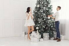 Pares de adolescentes en la Navidad Imagen de archivo libre de regalías