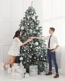 Pares de adolescentes en la Navidad Imágenes de archivo libres de regalías