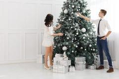 Pares de adolescentes en la Navidad Fotografía de archivo libre de regalías