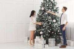 Pares de adolescentes en la Navidad Fotografía de archivo