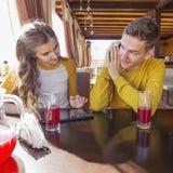 Pares de adolescentes en un café del verano Foto de archivo