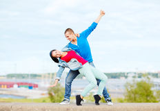 Pares de adolescentes que dançam fora Fotografia de Stock Royalty Free