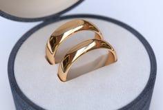 Pares de alianças de casamento do ouro na caixa azul da joia Foto de Stock Royalty Free