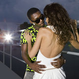 Pares de amantes en puerto en la noche imagen de archivo libre de regalías