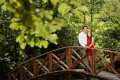 Pares de amantes na ponte Fotografia de Stock Royalty Free