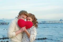 Pares de amantes novos na praia que tem datar fotografia de stock