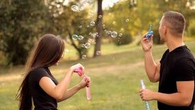 Pares de amantes que fundem bolhas fora filme