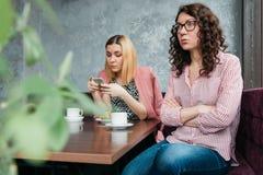 Pares de amigas atrativas novas das mulheres em uma discussão fotos de stock