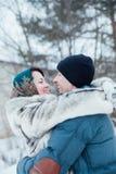 Pares de amor en la calle en invierno fotografía de archivo libre de regalías