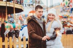 pares de amor felizes que apreciam os feriados do Natal ou do ano novo exteriores imagens de stock