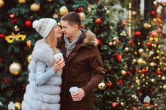 pares de amor felizes que apreciam os feriados do Natal ou do ano novo exteriores fotografia de stock royalty free