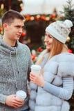 pares de amor felizes que apreciam os feriados do Natal ou do ano novo exteriores imagens de stock royalty free