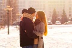 Pares de amor na luz solar no inverno O indivíduo abraça uma menina na rua no inverno fotos de stock