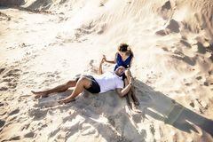 Pares de amor na praia no aperto da areia O conceito do amor e uma data no mar imagem de stock royalty free