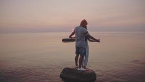 Pares de amor nas férias de verão da praia vídeos de arquivo