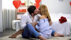 Pares de amor que abraçam e que beijam no dia de Valentim, noite romântica em casa fotografia de stock royalty free