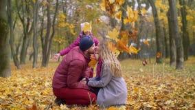 Pares de amor que se besan el día del otoño en parque metrajes