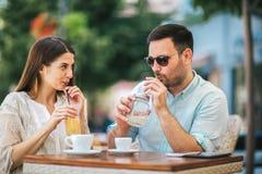 Pares de amor que sentam-se em um café que aprecia no café e na conversação, foco seletivo imagens de stock royalty free