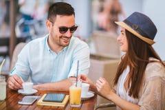 Pares de amor que sentam-se em um café que aprecia no café e na conversação, foco seletivo fotos de stock royalty free