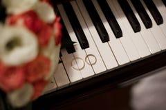 Pares de anillos de bodas del oro blanco con los diamantes en anillo para mujer y la superficie mate en anillo para hombre Anillo foto de archivo