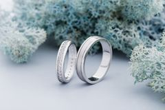 Pares de anillos de bodas del oro blanco con los diamantes en el anillo para mujer imagen de archivo