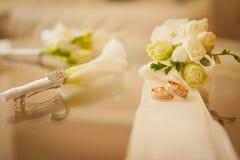 Pares de anillos de bodas con el fondo del bokeh Imagen de archivo libre de regalías