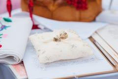 Pares de anillos de bodas con el fondo del bokeh Foto de archivo libre de regalías