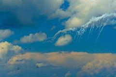 Pares de armadilhas do thermal dos fogos de aviões do assalto SU-27 imagem de stock