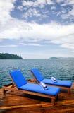 Pares de asientos de descanso al aire libre en cubierta Foto de archivo libre de regalías
