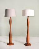 Pares de assoalho de madeira ou de lâmpadas eretas Fotografia de Stock Royalty Free