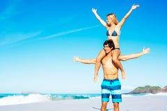 Pares de Atractive que têm o divertimento na praia Fotografia de Stock Royalty Free