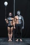Pares de bailarines con cuerpo-arte y el globo Imagen de archivo