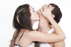Pares de beijo dos jovens bonitos Imagem de Stock
