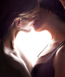 Pares de besarse del amante. La parte de la carrocería hace la dimensión de una variable de corazón. Fotografía de archivo