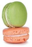 Pares de bolo verde e cor-de-rosa dos bolinhos de amêndoa Fotografia de Stock