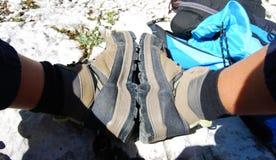 Pares de botas após uma caminhada longa imagem de stock