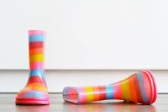 Pares de botas coloridas en el piso Imágenes de archivo libres de regalías