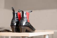 Pares de botas de couro pretas com acentos vermelhos Foto de Stock