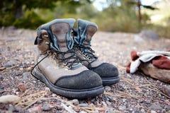 Pares de botas del senderismo que se colocan al aire libre fotos de archivo