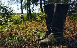 Pares de botas en la hierba Imagen de archivo
