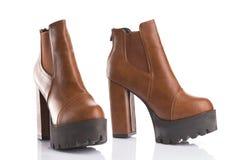 Pares de botas marrons na moda da plataforma fotografia de stock royalty free