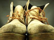 Pares de botas pesadas velhas, vestidas imagens de stock royalty free