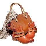 Pares de botas y de bolso femeninos del otoño, aislados en el fondo blanco Foto de archivo