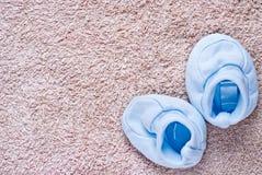 Pares de botines del bebé azul Imágenes de archivo libres de regalías