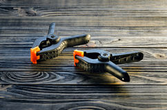 Pares de braçadeiras pretas na tabela de madeira Foto de Stock